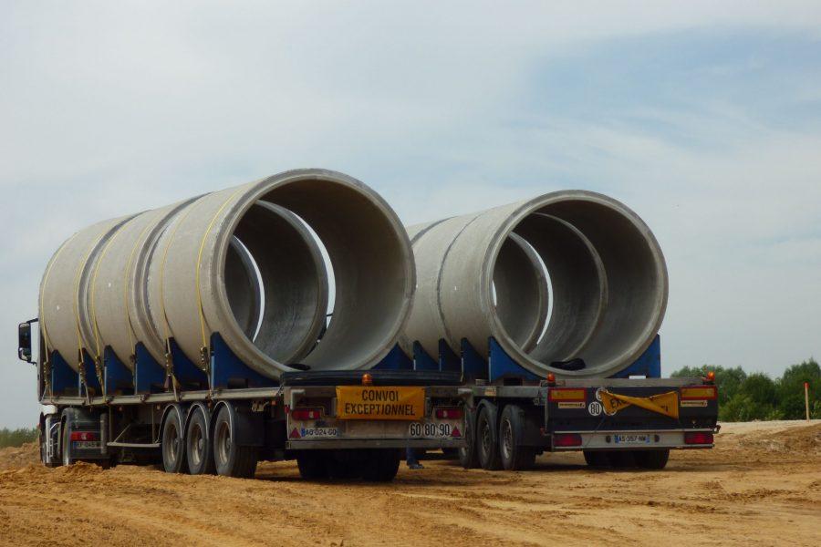 Convoi exceptionnel Tuyaux d'assainissement sur chantier de Wissou